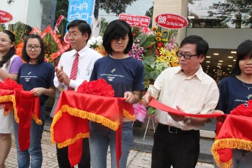 Nhà văn Nguyễn Nhật Ánh cắt băng khánh thành nhà sách Cá Chép
