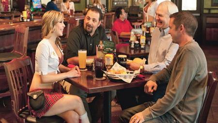 5 nhà hàng hút khách bởi nhân viên phục vụ gợi cảm 1