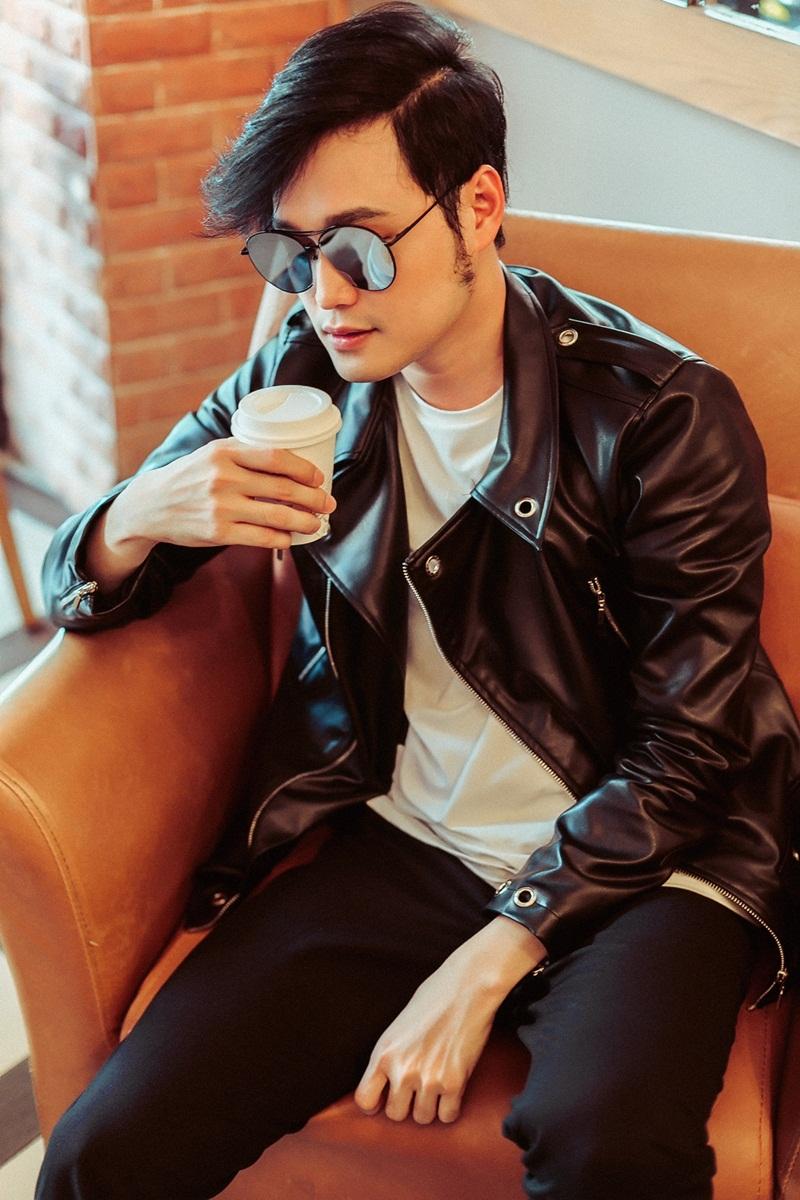 Quang Vinh mix áo khoác cùng áo thun trắng basic kết hợp cùng giầy và quần đồng điệu.