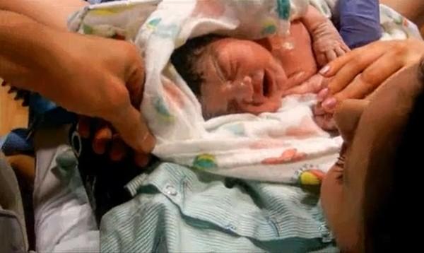 Xúc động với clip toàn cảnh sự ra đời của một em bé 3
