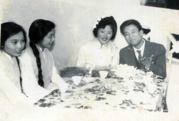 Giây phút hạnh phúc của cố nghệ sĩ Văn Hiệp cùng bà Kim Dung trong ngày vu quy.  Sau này vợ chồng ông sống ly thân nhiều năm. Trong tang lễ Văn Hiệp, vợ ông khóc ngất vì thương tiếc chồng.