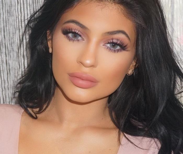 """5 mẹo trang điểm mang đến vẻ đẹp """"hàng chục triệu"""" người mê của Kylie Jenner"""