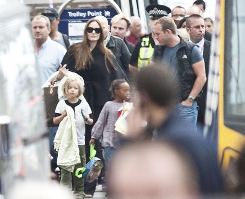 Khoảng 2h 30 phút chiều ngày 16/8, gia đình Angelina Jolie đặt chân tới Glasgow