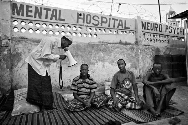 Bộ ảnh nhói lòng về một châu Phi của người tâm thần 8
