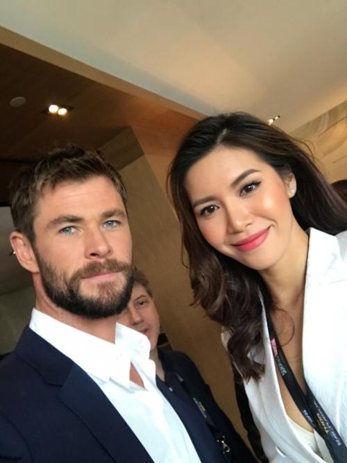 """Mở đầu buổi phỏng vấn, Chris Hemsworth đã nhận xét về Minh Tú như sau: """"Bạn là người phỏng vấn tuyệt nhất"""". Minh Tú đáp lại bằng một câu hỏi khá thông minh: """"Anh có nghĩ mình là nhân vật đẹp trai và hấp dẫn nhất trong các phim Thor không?""""."""
