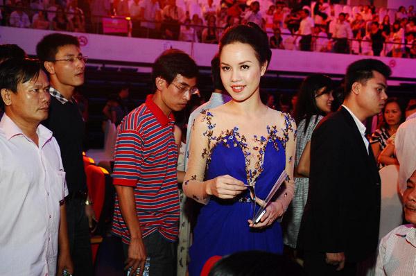 Á hậu Ngọc Oanh cũng bay vào Đà Nẵng trước đó một ngày để đến cổ vũ cho người em thân thiết thi chung kết là thí sinh Nguyễn Thị Hà.