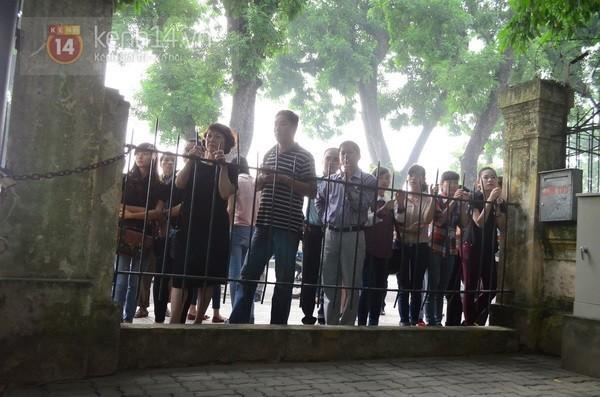 Từ tờ mờ sáng nay, người dân Hà Nội đã đến khóc thương Đại tướng 37