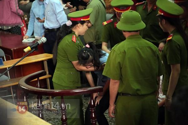 Chịu mức án 3 năm tù giam, bị cáo Lý khóc ngất, bị cáo Phương cúi đầu xin tha thứ 17