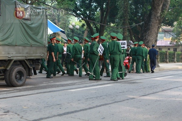 Từ tờ mờ sáng nay, người dân Hà Nội đã đến khóc thương Đại tướng 44