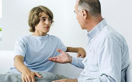 Nên giảng giải cho con những tác hại của các chất kích thích, rượu hay ma túy.