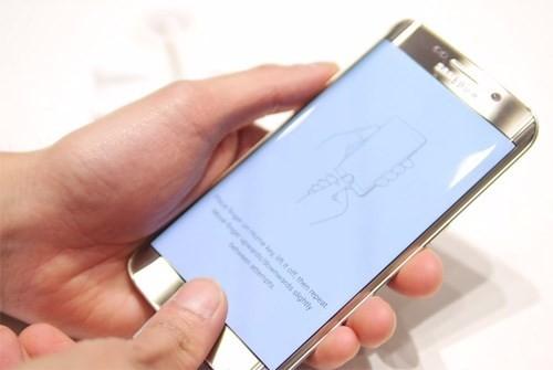 11. Cải thiện cảm biến vân tay  Galaxy S5 là smartphone đầu tiên được Samsung trang bị công nghệ nhận dạng vân tay. Tuy nhiên, tính năng này chưa thuận tiện khi người dùng phải thao tác vuốt đúng hướng từ trên xuống. Tính năng này đã được Samsung cải tiến trên S6 và S6 Edge khi người dùng chỉ cần chạm nhẹ vào nút Home là có thể mở máy. (Ảnh: YouTube)