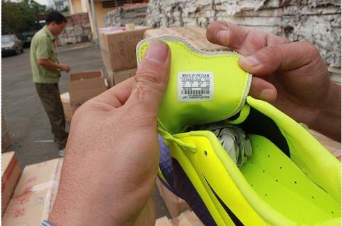 Giày thể thao hiệu Nike sản xuất từ Trung Quốc gắn mắc xuất xứ VN.