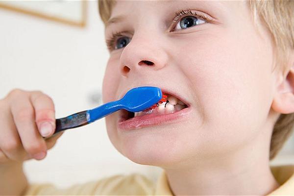 Đánh răng với lực mạnh sẽ gây hại cho răng của bạn
