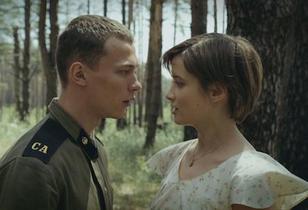 """""""Moths"""" là câu chuyện tình yêu đầy lãng mạn giữa cô nữ sinh Alya và người lính trẻ Pavel, đặt trong bối cảnh năm 1986 với thảm hoạ lịch sử Chernobyl."""