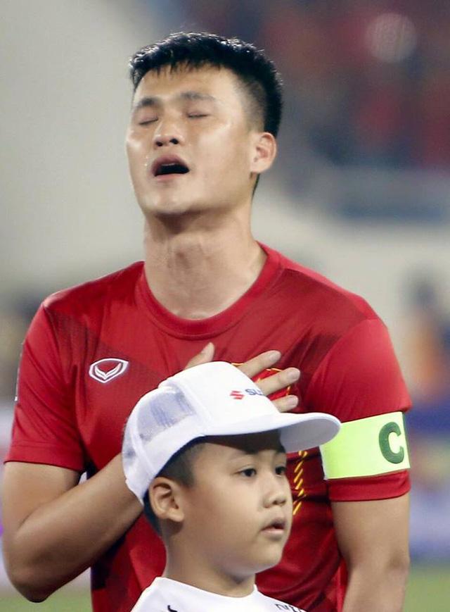 Công Vinh đã khóc trong lễ chào cờ trước trận đấu bán kết AFF Cụp 2016 tại sân Mỹ Đình hôm 7/12. Ảnh: TT.