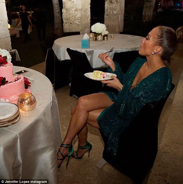Diva xinh đẹp khoe ảnh ăn bánh sinh nhật trên trang cá nhân