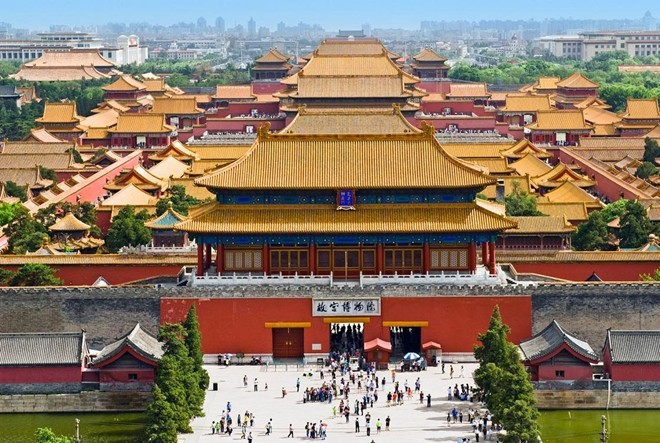 """Bắc Kinh, Trung Quốc, hấp dẫn du khách nhờ sự pha trộn giữa truyền thống và hiện đại, giữa những con phố cổ nhỏ bên cạnh quảng trường rộng lớn. Sự phong phú, đa dạng cũng có thể trở thành """"cái bẫy"""" ngọt ngào cho du khách lần đầu ghé thăm. Dưới đây là 7 bí kíp bạn nên nhớ dể chuyến đi thuận buồm xuôi gió."""