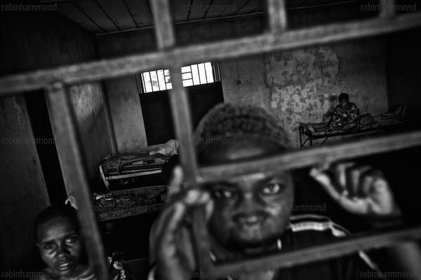 Bộ ảnh nhói lòng về một châu Phi của người tâm thần 11