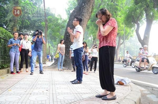 Từ tờ mờ sáng nay, người dân Hà Nội đã đến khóc thương Đại tướng 40