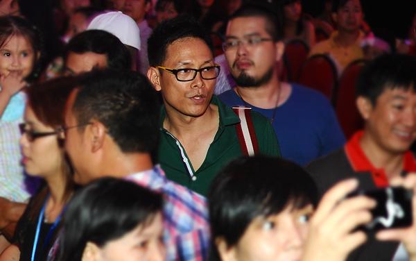 Đạo diễn Ngô Quang Hải cũng len lỏi giữa dòng người vào xem đêm chung kết.