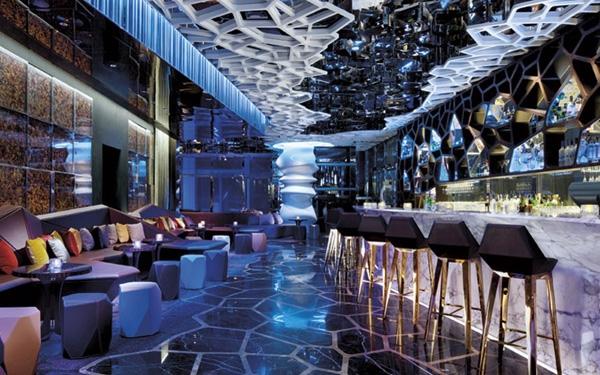 Bar Ozone ở tầng 108 của Ritz-Carlton, Hong Kong được làm hoàn toàn bằng các chất liệu thân thiện với môi trường.
