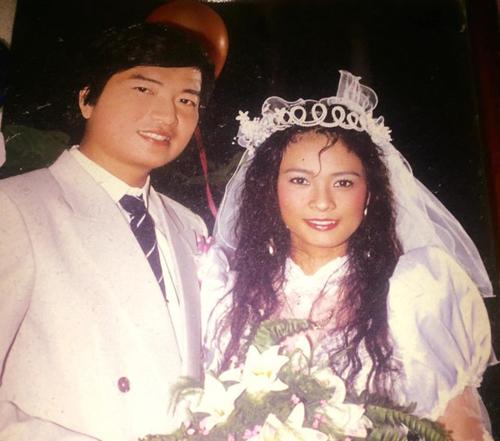 [Caption]Ngọc Hiệp và đạo diễn Nguyễn Thành Danh kết hôn năm 1992. Ông xã của Ngọc Hiệp vốn là thầy dạy kịch câm của cô từ hồi còn bé. Cô gái xấu xí kể, tiếng sét ái tình gõ cửa chị khi cả hai tình cờ gặp nhau ở Đức