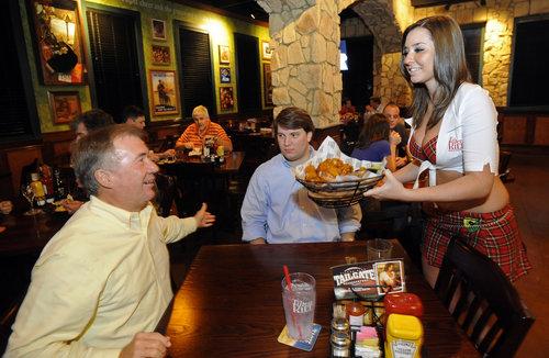 5 nhà hàng hút khách bởi nhân viên phục vụ gợi cảm 2
