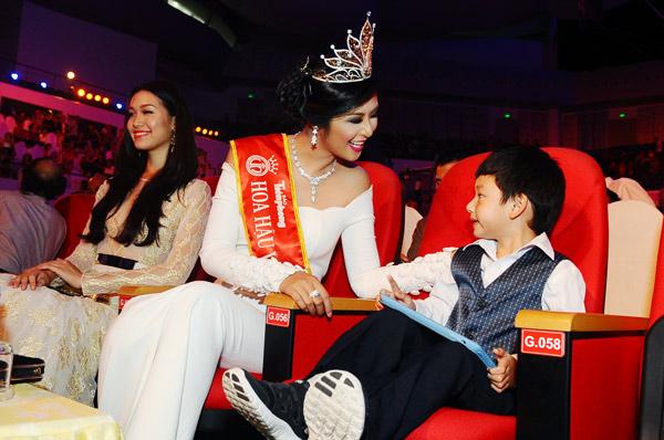 Hoa hậu Ngọc Hân vừa đến đã quay sang trò chuyện với cậu hotboy đáng yêu.