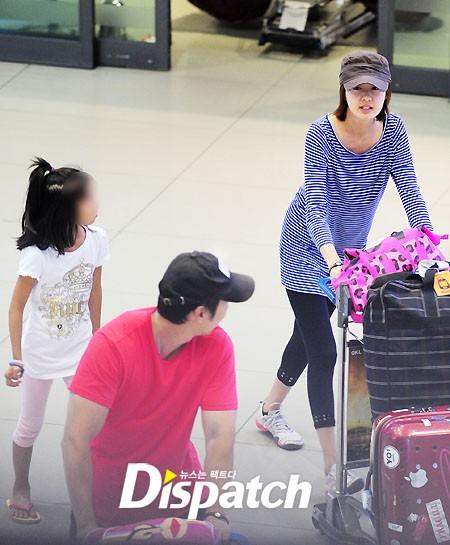 Gia đình Lee Yo Won trở về Hàn Quốc chiều nay 9/8. Cả gia đình bị bắt gặp tại cửa ra sân bay Incheon.