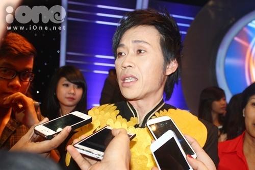 Hoài Linh bị báo chí bủa vây sau khi kết thúc đêm chung kết Gương mặt thân quen 2014.