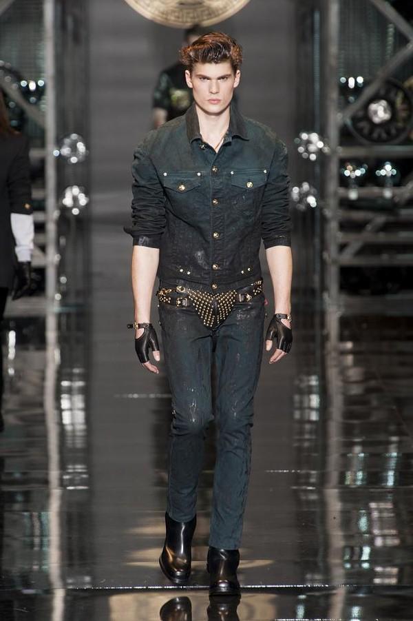 Giật mình với BST để lộ nguyên quần chíp của Versace 2