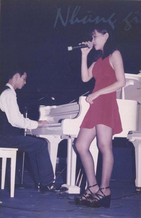 Thu Minh tự tin mặc váy ngắn biểu diễn trên sân khấu.