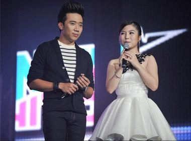 Trấn Thành đã đá xoáy Hương Tràm về việc viết tâm thư tới Thu Minh trước hàng ngàn khán giả khiến cô bé chỉ biết lặng lẽ cười trừ.