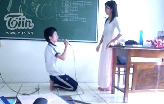 Cười lăn lộn nghe nam sinh quỳ gối tỏ tình với cô giáo