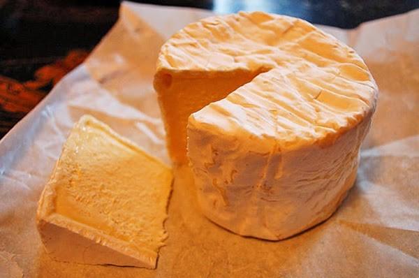"""Phô mai nặng mùi nhất thế giới: Năm 2004, các nhà nghiên cứu ở đại học Bedfordshire đã phát triển một """"mũi điện tử"""" để phân tích mùi của các loại phô mai. Trong một cuộc khảo sát, chiếc mũi điện tử này và 19 người tham gia đã xác định Vieux Boulogne, một loại phô mai mềm xuất xứ từ miền Nam nước Pháp, là loại phô mai nặng mùi nhất thế giới.  Vieux Boulogne có mùi còn khó chịu hơn cả Epoisses de Bourgogne, một loại phô mai bị cấm ăn trên các phương tiện công cộng ở Pháp do mùi quá khủng khiếp."""