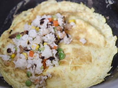 Công thức cơm thập cẩm cuộn trứng cho bữa sáng thịnh soạn 6