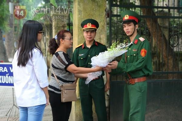 Từ tờ mờ sáng nay, người dân Hà Nội đã đến khóc thương Đại tướng 12