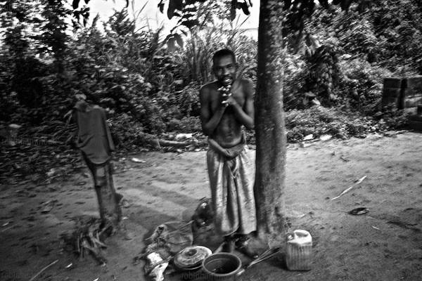 Bộ ảnh nhói lòng về một châu Phi của người tâm thần 7