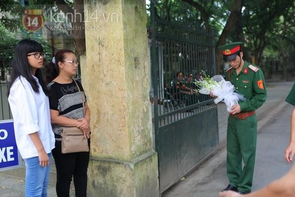 Từ tờ mờ sáng nay, người dân Hà Nội đã đến khóc thương Đại tướng 13