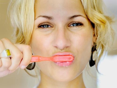 Điều này có thể dẫn đến việc không sạch mảng bám, mòn răng, trầy nướu