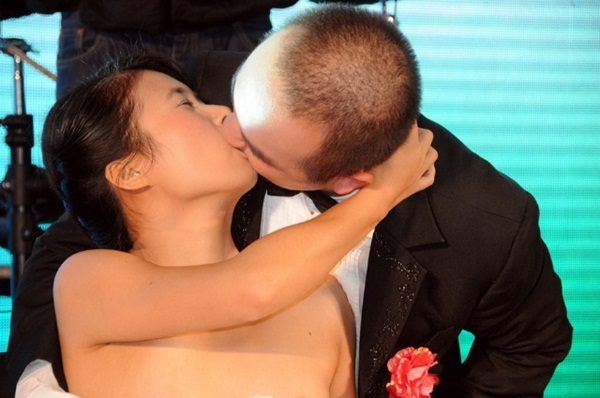 Chết cười với cuộc thi hôn tư thế... độc 4
