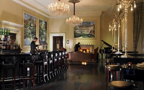 Những tác phẩm nghệ thuật có giá hàng triệu USD được treo trên tường của quầy bar ở khách sạn The Shelbourne của Dublin.