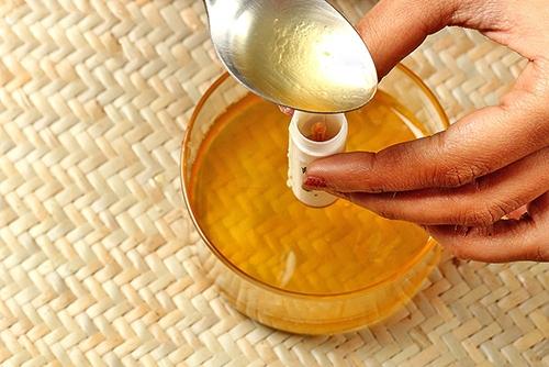 Cách đơn giản để làm son dưỡng cho môi mềm mại - 9