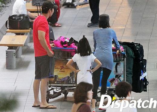 Cả gia đình nhanh chóng rời sân bay.