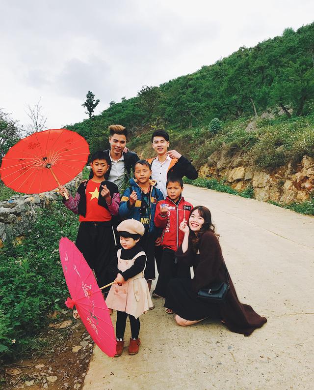 Sake thích thú khi được chụp ảnh cùng dân bản địa và du khách.