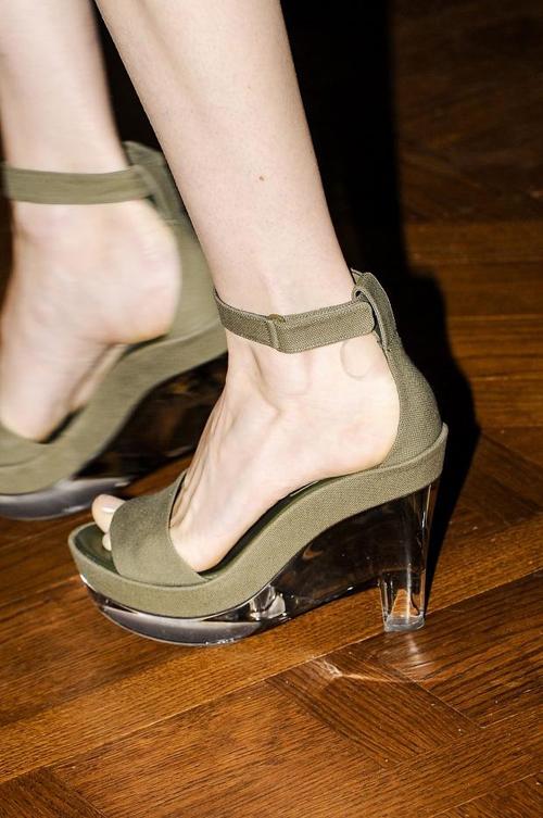 """""""Refresh"""" style ngày hè với giày cao gót trong suốt 4"""