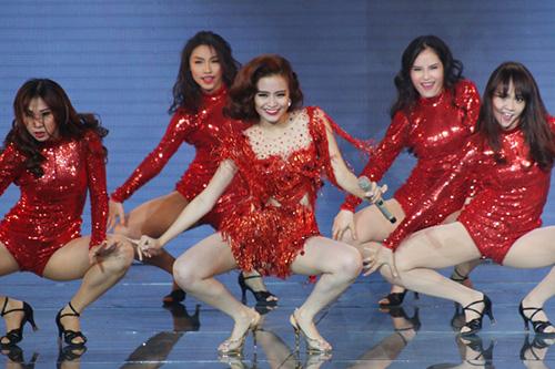 Hoàng Thùy Linh thể hiện ca khúc Just You nằm trong single mới của mình. Nữ ca sĩ khuấy động không khí đêm gala bằng vũ đạo nóng bỏng cùng giai điệu mạnh mẽ.