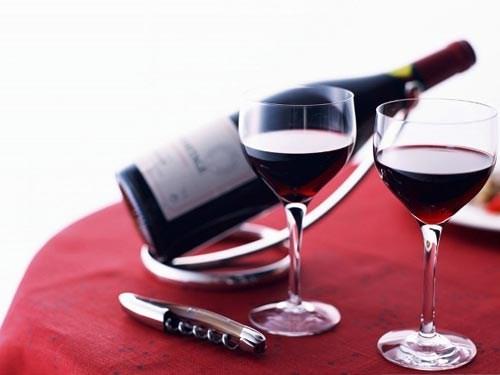 Rượu vang đỏ. Các nhà nghiên cứu cho rằng rượu vang đỏ có chứa tyramine, chất phytochemical được gọi là phenol, mới là những nguyên nhân thực sự gây ra nhức đầu.