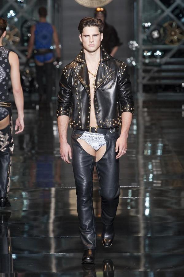 Giật mình với BST để lộ nguyên quần chíp của Versace 4