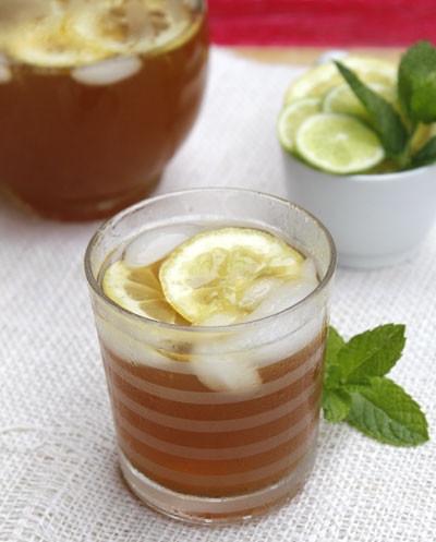 Mùi trà xanh thơm ngát, quyện với vị chua chua của chanh, trung hòa bởi vị ngọt của đường và đá lạnh, uống một ngụm cảm giác mùa hè nóng nực như tan biến mất.